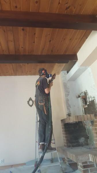 pracownik-czyszczacy-drewniany-sufit